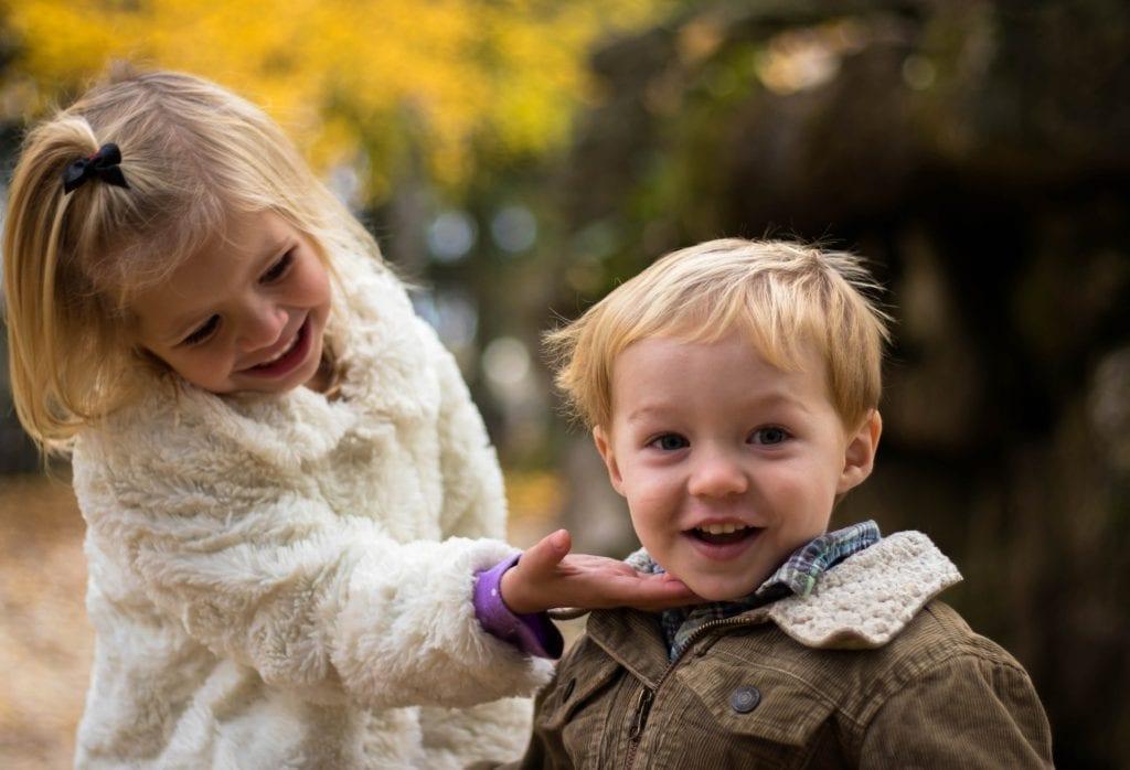 Geschwister-streiten-und-schlagen-sich-Geschwister-lieben-sich-scaled.jpg