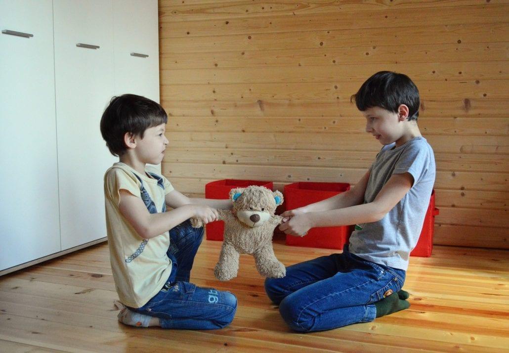 Dein Kind hört nicht und Provoziert nur - 4 Methoden wirklich helfen - Kinder streiten